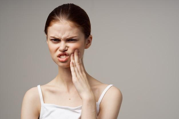 Femme mécontente dentisterie douleur dentaire traitement en studio en gros plan. photo de haute qualité