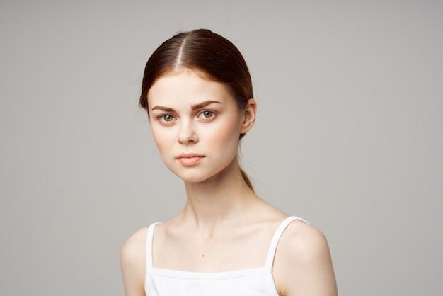 Femme mécontente symptômes de dépression traitement de studio de maux de tête. photo de haute qualité