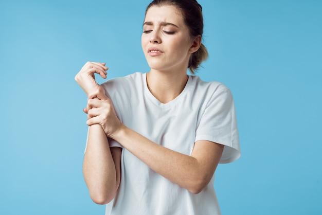 Femme mécontente en tshirt blanc douleur corporelle problèmes de santé médecine