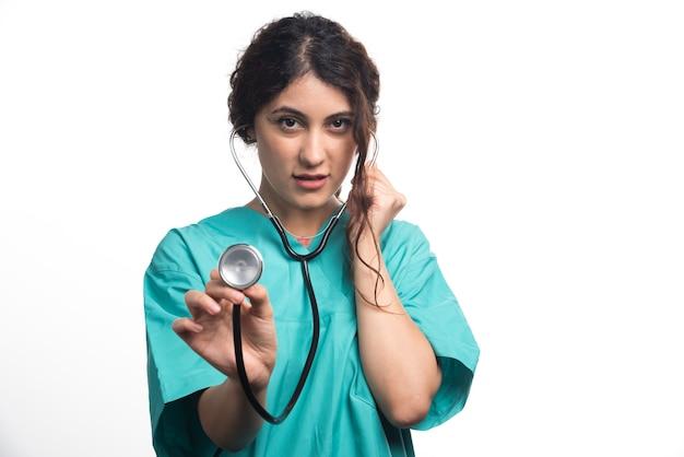 Femme médecin à l'aide d'un stéthoscope sur fond blanc. photo de haute qualité