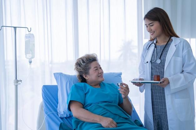 Femme médecin asiatique à l'hôpital