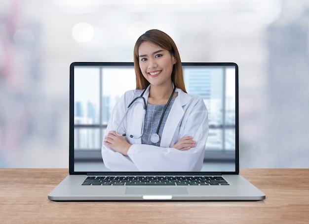Femme médecin asiatique à l'ordinateur portable
