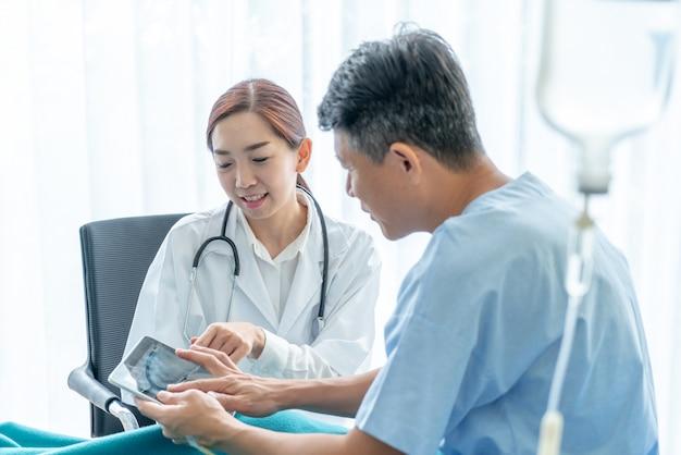 Femme médecin asiatique et patient senior sont en consultation