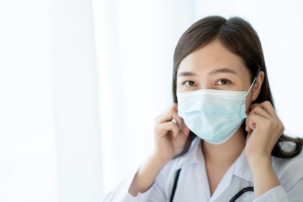 Femme médecin asiatique utilisant un ordinateur portable pour travailler à l'hôpital. médecin travaillant avec un ordinateur portable - ordinateur portable au bureau à l'hôpital. travailleur de la santé et service.