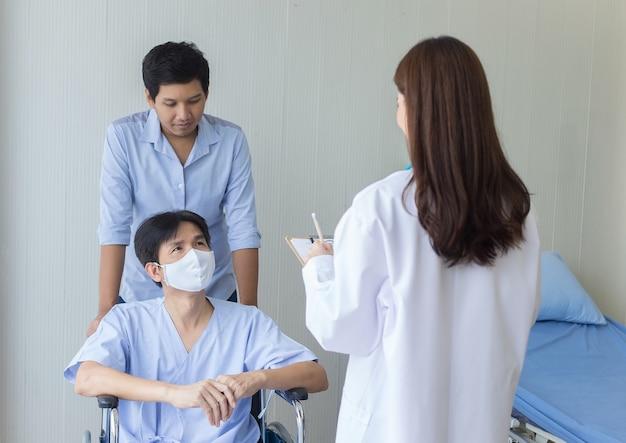 Une femme médecin asiatique vérifie et parle avec un patient de ses symptômes à l'hôpital