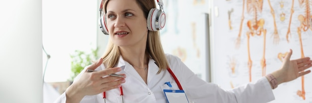 Une femme médecin au casque dispense une formation en ligne en médecine