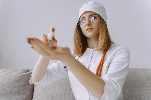 Femme médecin avec blouse blanche à l'hôpital