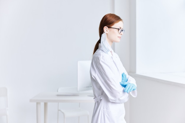 Femme médecin en blouse blanche médecin hospitalier professionnel