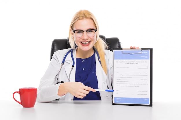 Femme médecin en blouse blanche avec le presse-papier