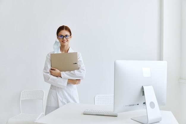 Femme médecin en blouse blanche professionnelle hospitalière