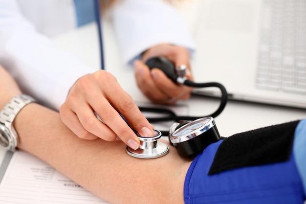 Femme médecin bras faire closeup procédure medic