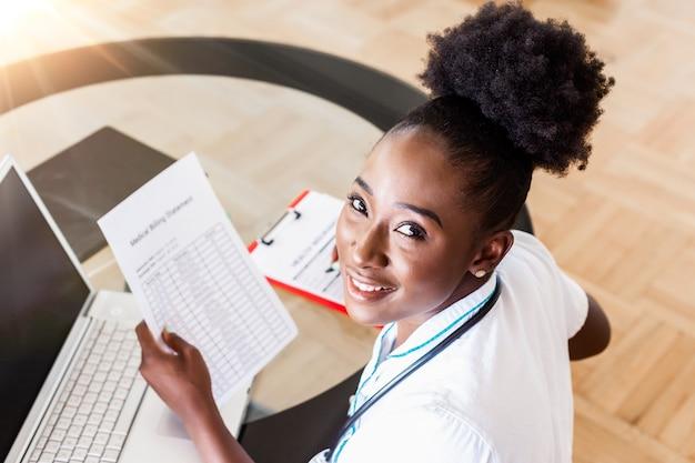 Femme médecin calcul des factures médicales
