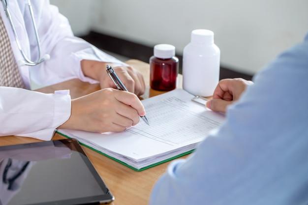 Une femme médecin communique les résultats du traitement au patient.