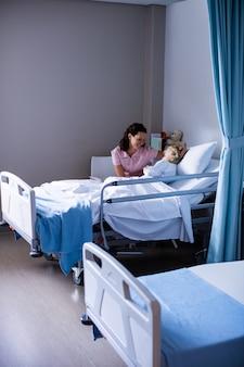 Femme médecin consolant le patient lors d'une visite en salle