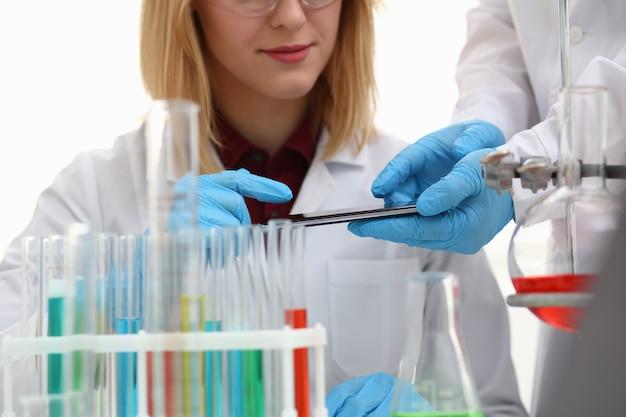 Une femme médecin dans un laboratoire de chimie détient