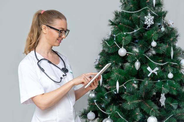 Une femme médecin dans un masque médical de protection