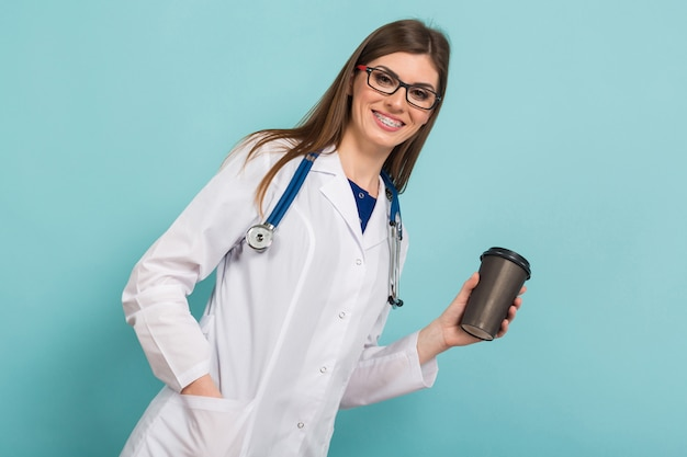 Femme médecin dans des verres avec une tasse de café
