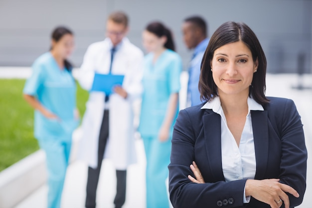 Femme médecin, debout, à, bras croisés