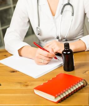 Une femme médecin dépose une ordonnance - gros plan