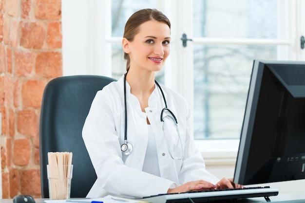 Femme médecin écrit dans un document