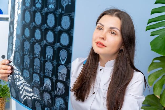 Femme médecin examinant l'image de la patiente dans son bureau