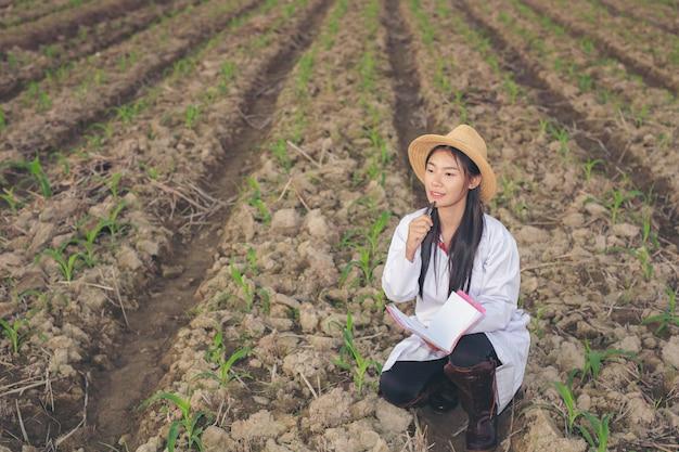 La femme médecin examine le sol avec un livre de concepts modernes.