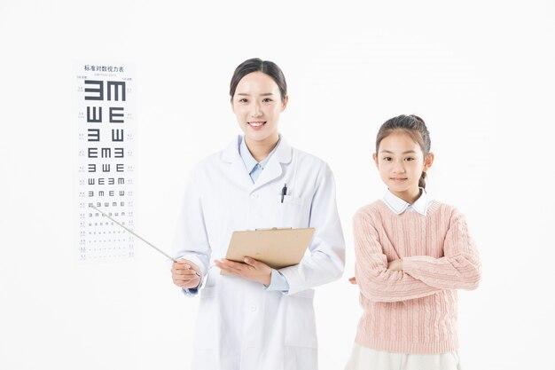 La femme médecin a examiné la vue de la petite fille.
