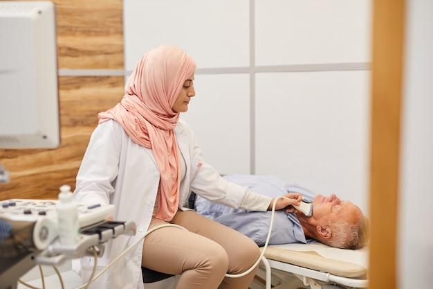 Femme médecin faisant échographie