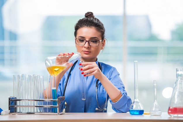 Femme médecin faisant des tests chimiques en laboratoire