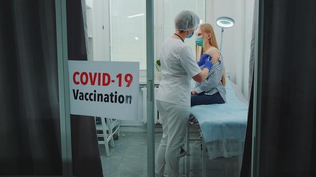 Femme médecin faisant la vaccination contre le coronavirus à l'hôpital de district