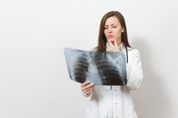 Femme médecin focalisée perplexe avec rayons x des poumons, fluorographie, roentgen isolé sur fond blanc. femme médecin en stéthoscope de robe médicale. personnel de santé, concept de médecine. pneumonie.