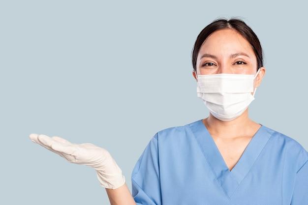 Femme médecin avec un geste de la main de présentation