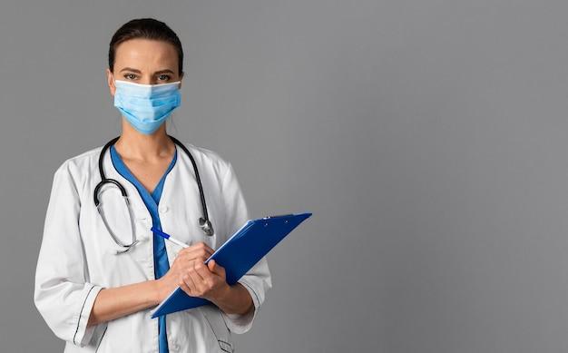 Femme médecin à l'hôpital portant un masque