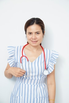 Femme médecin infirmière avec stéthoscope rouge