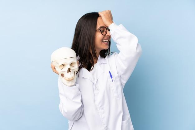 Une femme médecin légiste a réalisé quelque chose et a l'intention de trouver la solution