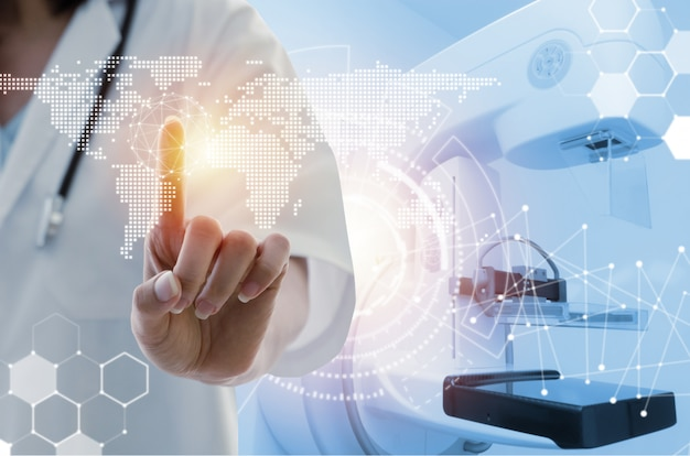 Femme médecin, à, main stéthoscope, pointant, toucher, hologramme icône données, carte monde, numérique