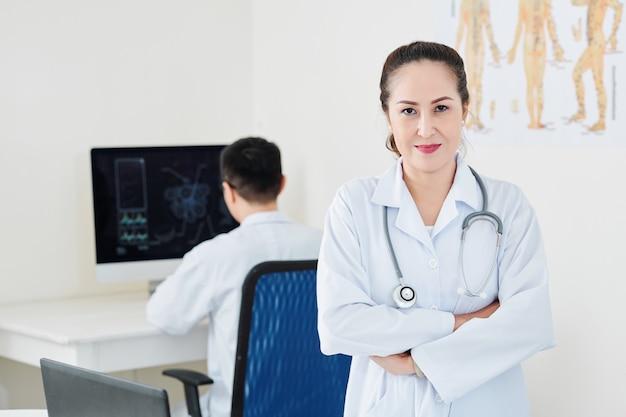 Femme médecin mature