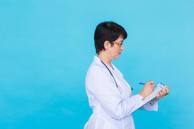 Femme médecin médecin sur fond bleu avec espace de copie