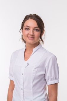 Femme médecin médecin sur fond de clinique blanche.