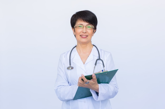 Femme de médecin médecin sur le mur blanc de la clinique.