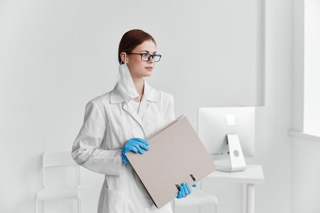 Femme médecin médecine blouse blanche hôpital professionnel