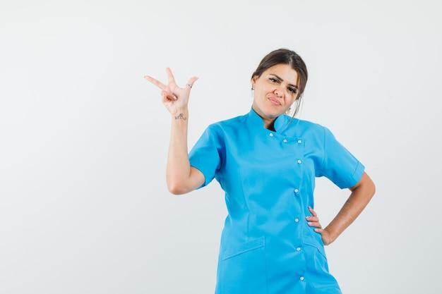 Femme médecin montrant le geste