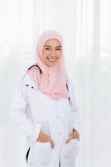 Femme médecin muslimah.