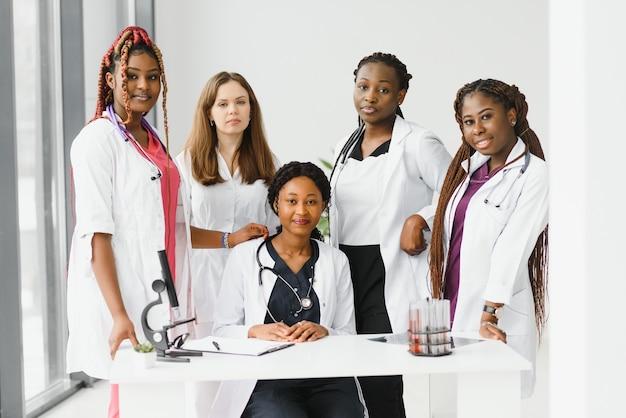 Femme médecin noir afro-américain et groupe médical