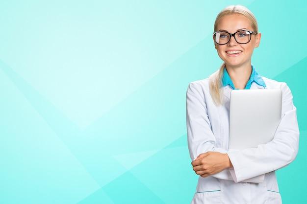 Femme médecin avec ordinateur portable