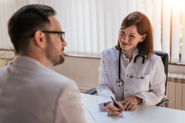 Femme médecin, parler, patient, bureau