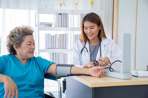 Femme médecin et patient