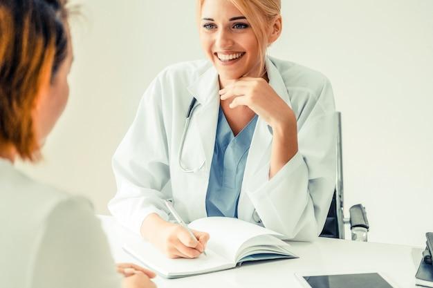 Femme médecin et patiente au bureau de l'hôpital
