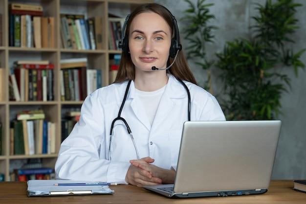 Femme médecin porter un casque consulter l'homme patient faire un appel vidéo webcam en ligne sur l'écran de l'ordinateur portable