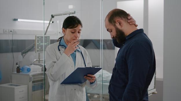 Femme médecin praticienne expliquant le diagnostic de maladie discutant du traitement de récupération